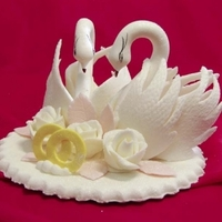 Сахарн. украшение, Лебедь свадебный с розами и кольцами